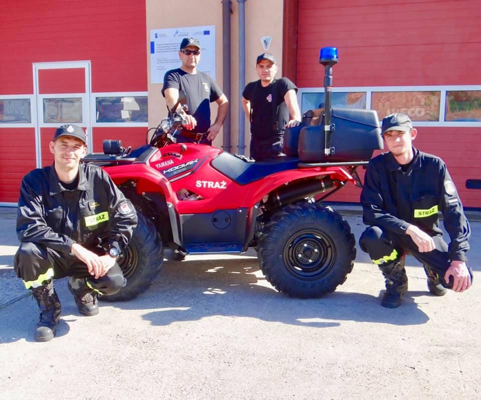 Strażacy OSP w Kołczewie pozują przy pojeździe typu ATV