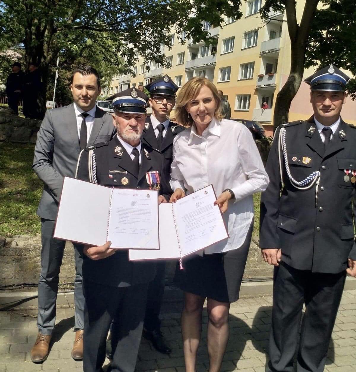Podpisanie umowy na zakup wozu strażackiego dla OSP w Ładzinie
