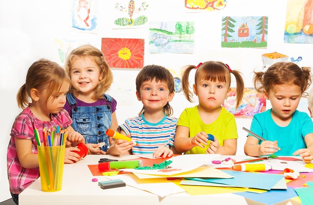 Dzieci z przedszkola rysują obrazki