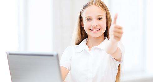 Grafika ilustrująca dotację na zakup komputerów - dziewczynka z laptopem